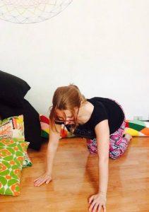 posizione yoga del gatto