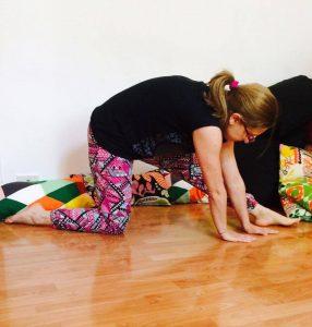 posizione yoga l'affondo dondolante